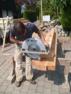Holz wird zugesägt